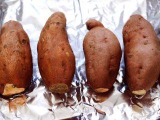 香甜软糯的烤红薯,烤盘垫上锡纸,把红薯码放整齐。