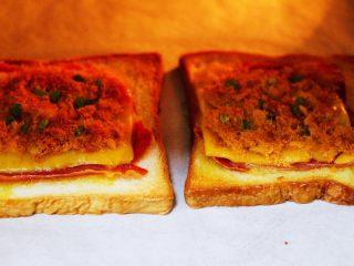 肉松培根吐司披萨,啦啦啦,香味浓郁的吐司披萨出炉啦。