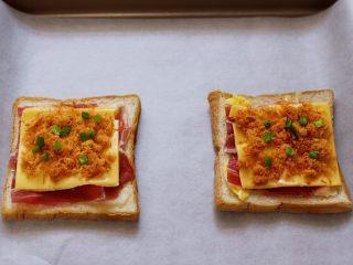 肉松培根吐司披萨,做好的两片吐司披萨,放入垫油纸的烤盘中。