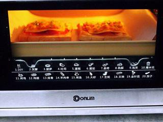 肉松培根吐司披萨,上管160度,下管170度烤12分钟,注意观察,我中途加盖了锡纸。(烤箱温度及时间仅供参考)