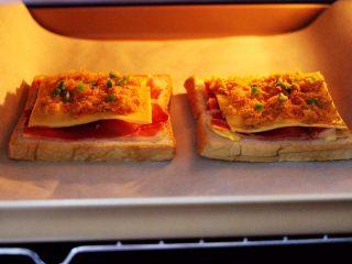 肉松培根吐司披萨,把烤盘入东菱烤箱的中层。