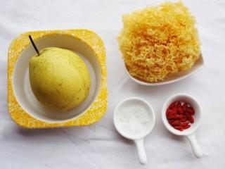 润肺止咳美容养颜的银耳雪梨汤,🍒准备材料🍒:银耳1朵,雪梨1个,冰糖适量,枸杞适量