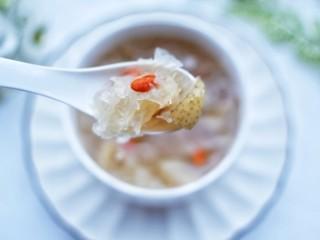 润肺止咳美容养颜的银耳雪梨汤,味道超赞。