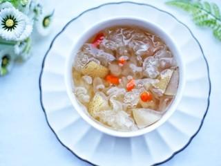 润肺止咳美容养颜的银耳雪梨汤,美食养颜。