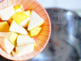 止咳化痰清热润肺的罗汉果雪梨汤,加入雪梨。