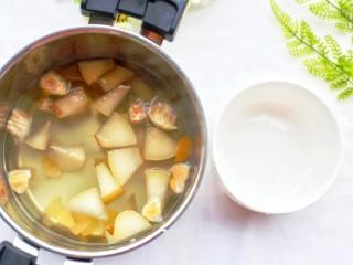 止咳化痰清热润肺的罗汉果雪梨汤,过滤罗汉果。