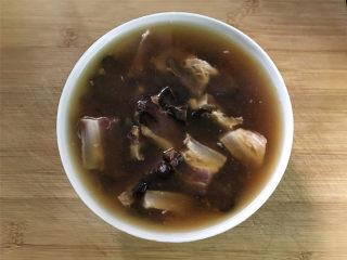 雷笋腊肉,然后把腊肉放入有淘米水的碗中,加少许温水浸泡30分钟。