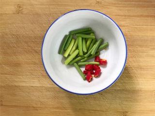 雷笋腊肉,青蒜2根洗净后切成小段,小米椒也切成小段后备用。
