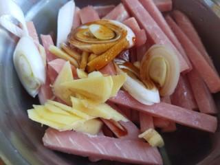 自制辣条,大葱切片。