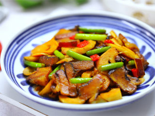 雷笋腊肉,汤浓肉醇,咸鲜入味,香辣可口的雷笋腊肉。