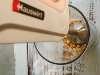 网红咸蛋黄肉松青团~咸蛋黄肉松馅&花生馅,用料理机或者破壁机,或者料理棒打碎就可以,不用打粉,当然也有喜欢细腻的花生粉馅,那就可自己喜好磨粉;