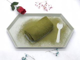抹茶毛巾卷,取出在上面撒上一层抹茶粉。