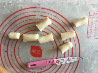 象形花生酥,切成小段,约10g左右一份,大小可以自己选择,随意就好