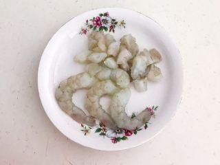 风味炒饭  辣白菜虾仁炒饭,留出3只整个的虾仁,把其它虾仁切成小丁