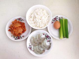 风味炒饭  辣白菜虾仁炒饭,准备食材:辣白菜,米饭,虾仁,大葱,鸡蛋