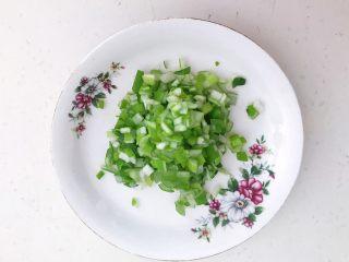 风味炒饭  辣白菜虾仁炒饭,把大葱切成小丁