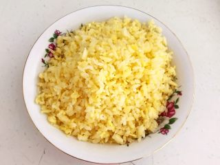 风味炒饭  辣白菜虾仁炒饭,把炒好的米饭盛出来
