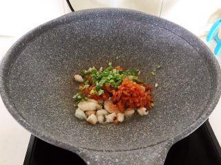 风味炒饭  辣白菜虾仁炒饭,加入葱花