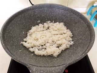 风味炒饭  辣白菜虾仁炒饭,油烧热后加入米饭