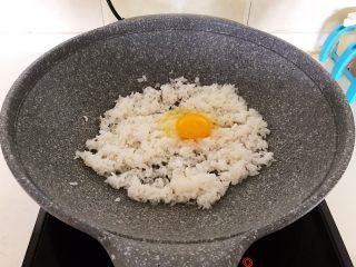 风味炒饭  辣白菜虾仁炒饭,翻炒均匀,打入1个鸡蛋
