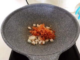 风味炒饭  辣白菜虾仁炒饭,加入辣白菜