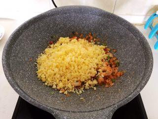 风味炒饭  辣白菜虾仁炒饭,加入炒好的米饭