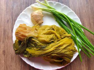 酸菜炖黄鱼,准备好酸菜适量,葱20克,生姜15克。