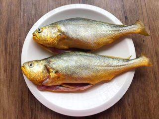 酸菜炖黄鱼,黄鱼2条,买的时候让老板把鱼鳞刮干净,去掉鱼鳃和内脏。