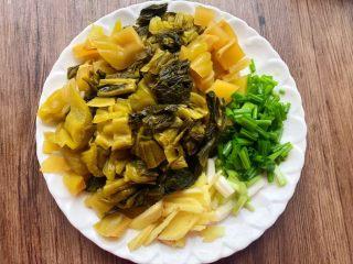 酸菜炖黄鱼,酸菜清洗干净切成段,生姜去皮清洗干净切成姜丝,葱清洗干净切成段。
