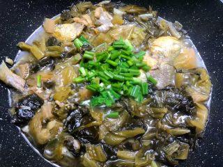 酸菜炖黄鱼,炖好以后,加入适量鸡精和少许白糖调味,放入葱叶即可出锅。