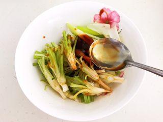 凉拌香菜根,加入半勺花椒油