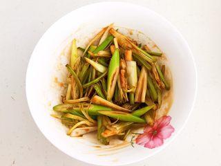 凉拌香菜根,调匀后腌制入味15分钟