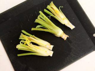 凉拌香菜根,把香菜根从中间切开