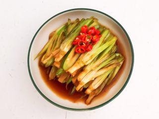凉拌香菜根,把小米辣放在香菜根上即可