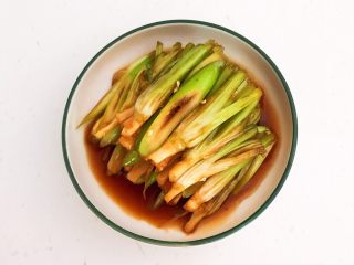 凉拌香菜根,把腌制好的香菜根和大葱段夹出来盘里