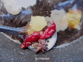 卤鸭腿,大火煮开,捞出香料扔掉