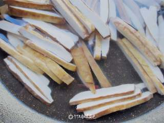 青椒炒豆干,豆干用热水篡烫一下捞出