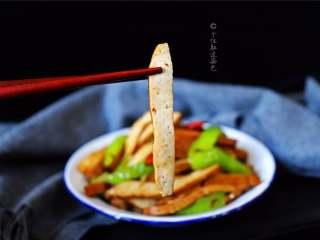 青椒炒豆干,很普通的青椒炒豆腐干,口感味道都出奇的好!香香的米饭杀手