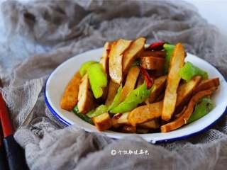 """青椒炒豆干,豆干营养丰富,有大量蛋白质还含有钙、磷、铁等多种人体所需的矿物质。豆腐干既香又鲜,久吃不厌,被人称为""""素火腿""""。"""