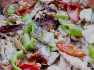 彩椒鸡胸肉,翻炒期间加入盐,白糖,蚝油调味。大约翻炒1分钟后就可以关火出锅。