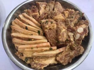 姨妈教的钟祥蒸肉,五花肉和排骨铺在上面,摆好