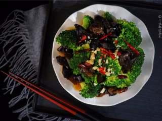 西兰花拌木耳,拌匀后即可食用,营养又美味哟