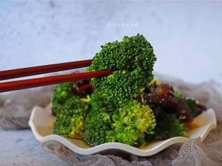 西兰花拌木耳,这道菜既保留了西兰花的营养又保持了它的口感!