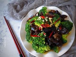 西兰花拌木耳,西兰花绝对是一道减肥菜 不仅营养丰富热量还低 凉拌西兰花木耳 了解一下