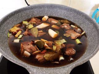 家常排骨烧鸡杂,加入开水,水量没过食材