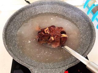 家常排骨烧鸡杂,鸡杂焯水3分钟