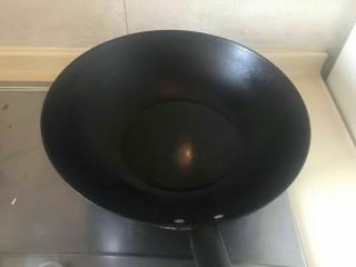上海本帮菜-红烧大排,锅烧热后倒入适量的油。热油热锅大火