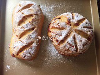 红糖枸杞软欧包,烤箱预热,在二发完成的面团表面,筛上高粉或者粘米粉,然后用刀片割出你喜欢的花纹。