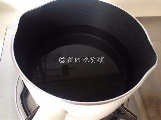 桂花马蹄雪梨糖水,锅里放入适量的水。