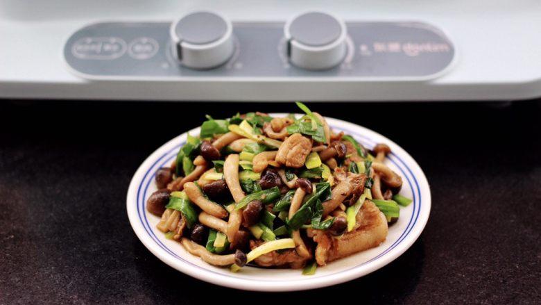 蟹味菇爆花肉,啦啦啦,鲜美无比又营养的蟹味菇爆花肉就出锅咯。